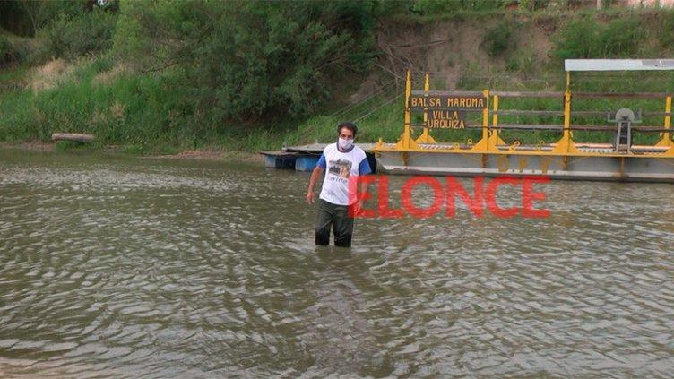 El balsero de Villa Urquiza cruzó el arroyo a pie con el agua en las rodillas