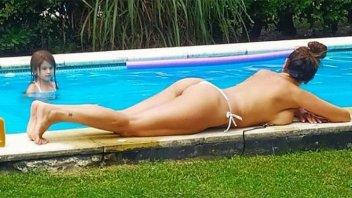 Así disfruta del calor a los 54 años: Colaless, topless y al natural
