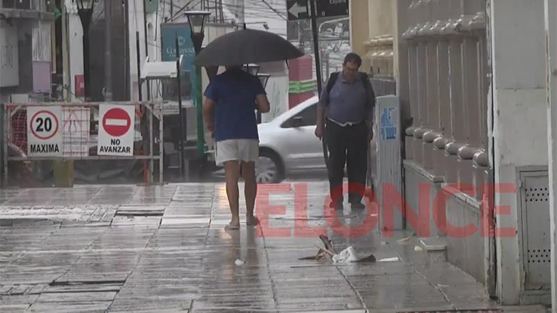 Llueve en Paraná, baja la temperatura y continúa alerta por tormentas