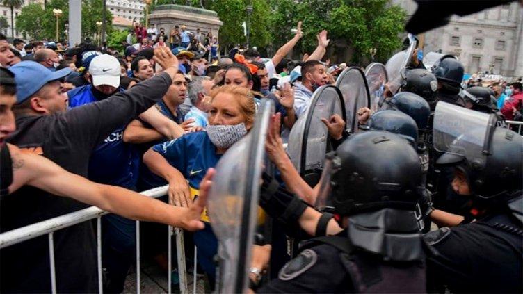 Despedida a Maradona: hubo incidentes, heridos y detenidos cerca de Casa Rosada