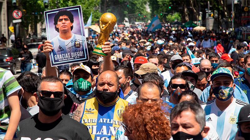 Una multitud despide a Maradona: Cerraron la fila para ingresar al velatorio