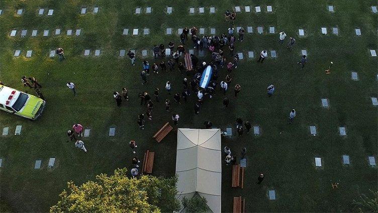 Custodian el acceso al cementerio donde descansan los restos de Maradona