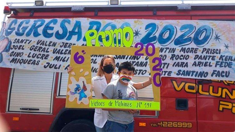 Diploma casa por casa: maestras fueron en autobomba a felicitar a los egresados