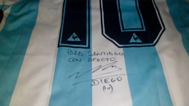 Camisetas firmadas por Maradona se venden por millones de pesos en Internet
