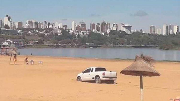 Quiso evadir un control escapando por la playa pero quedó atascado en la arena
