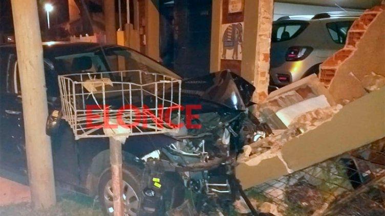 Bombero acudía al llamado de sirenas, despistó y chocó su auto contra un garaje