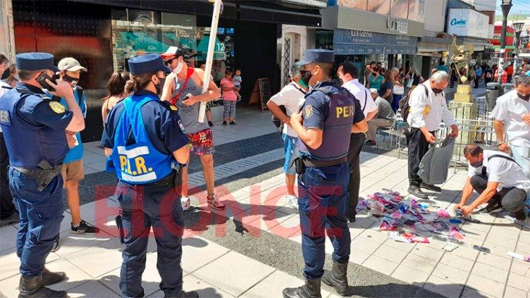 Hubo incidentes en nuevo intento de desalojo a manteros de Peatonal San Martín