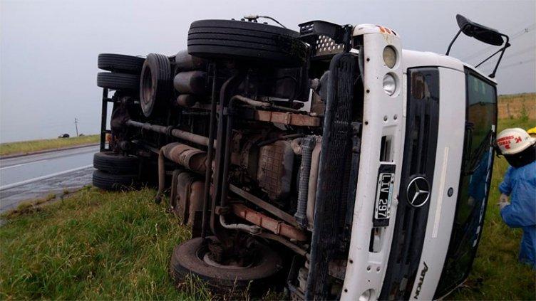 Camión volcó en la Ruta 14: bomberos rescataron al chofer y fue hospitalizado