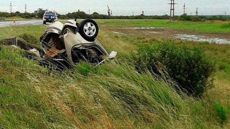 Policías se accidentaron en ruta: Auto despistó, volcó y terminó en alcantarilla
