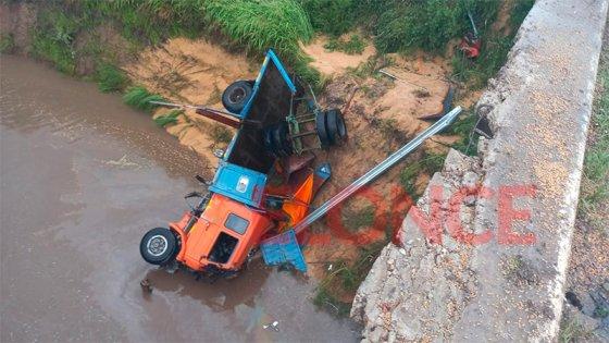 Imágenes: un camión cayó de un puente sobre Ruta 18 durante el temporal