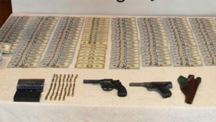 Lo descubrieron con dos armas, municiones y 15.000 dólares en un colectivo