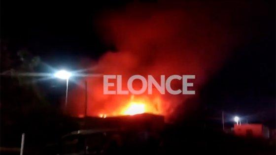 Video: Explotó una garrafa y provocó gran incendio en San Benito