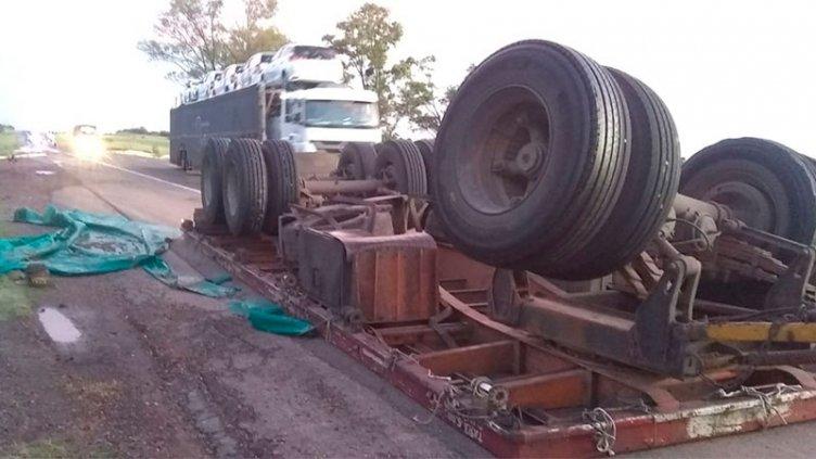 Camión volcó el acoplado y su carga de madera quedó esparcida en Ruta 14