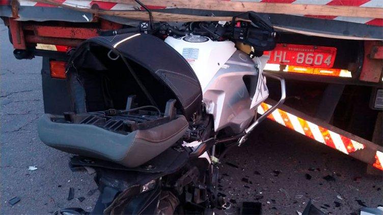 Motociclista murió tras chocar contra camión que transportaba una máquina vial