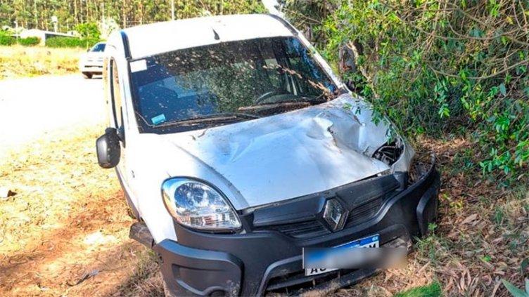 Fuerte choque: Perdió el control de la camioneta e impactó contra dos árboles