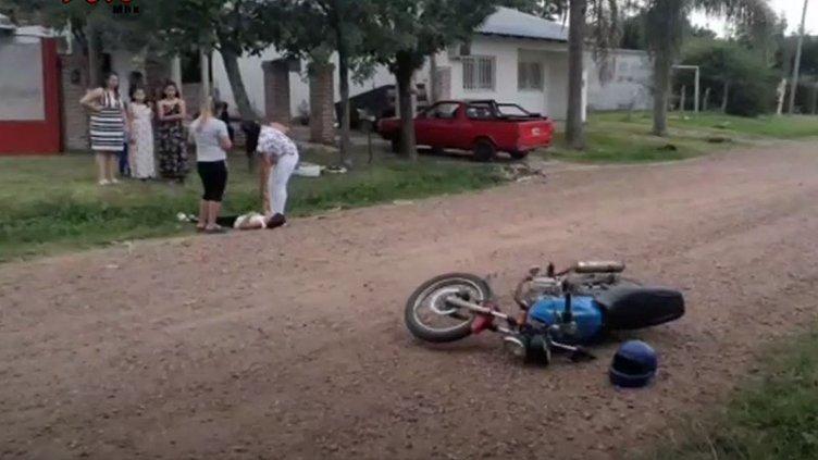 Niña asustada por ladridos corrió hacia la calle y la atropelló una moto