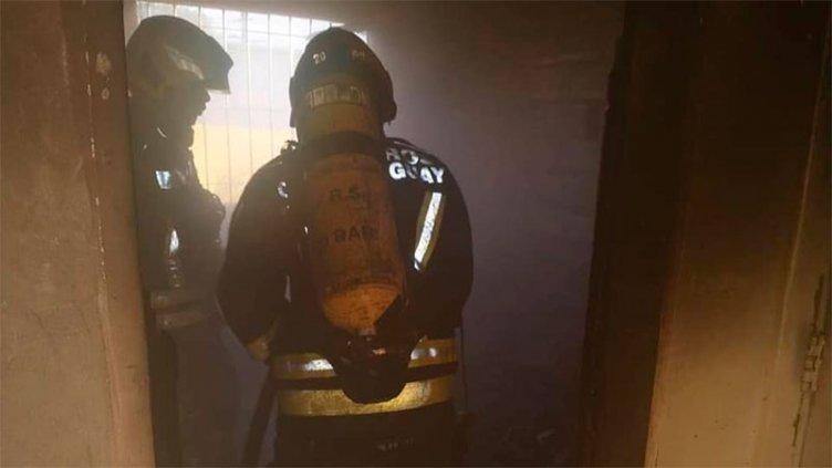 Tenía restricción, golpeó a su ex tras irrumpir en la casa y provocó un incendio
