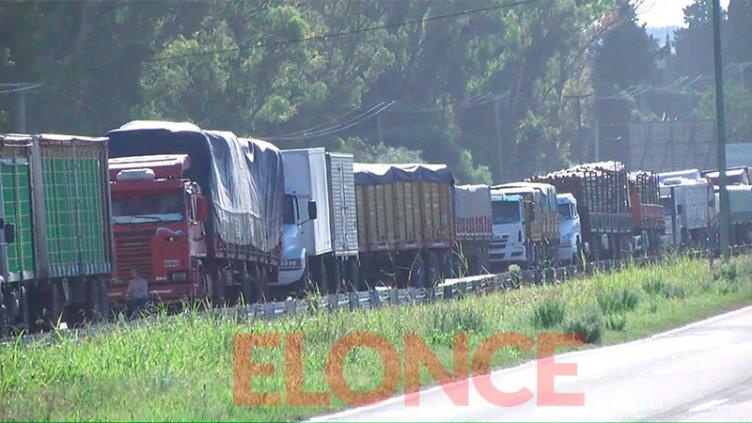 Se extiende la protesta de transportistas y cada vez hay más camiones varados