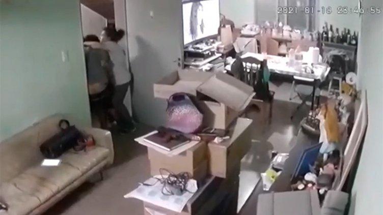 El video de la familia que se abraza bajo el marco de una puerta ante el sismo