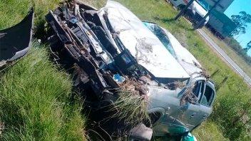 Automóvil volcó, cruzó de carril con sus ruedas para arriba y cayó en una zanja