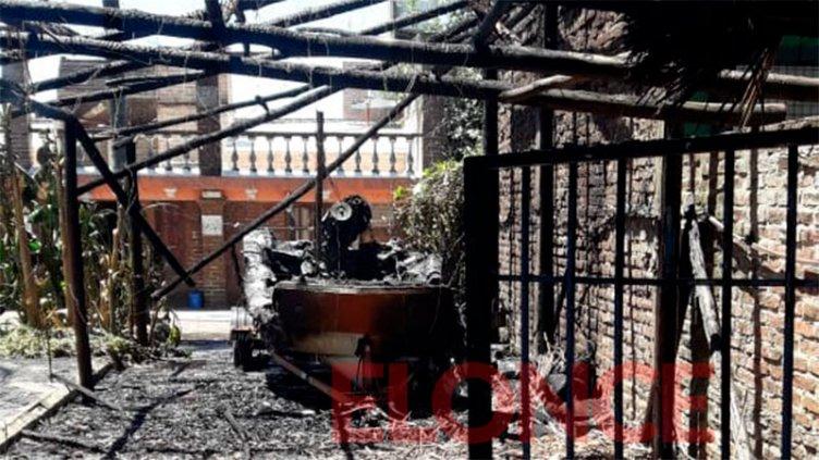 Prendió fuego  en su terreno, le  quemó el quincho y lancha a un vecino