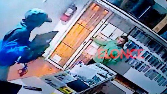 """Delincuentes saquearon un local de electrónica: """"Ya no sabemos que más hacer"""""""