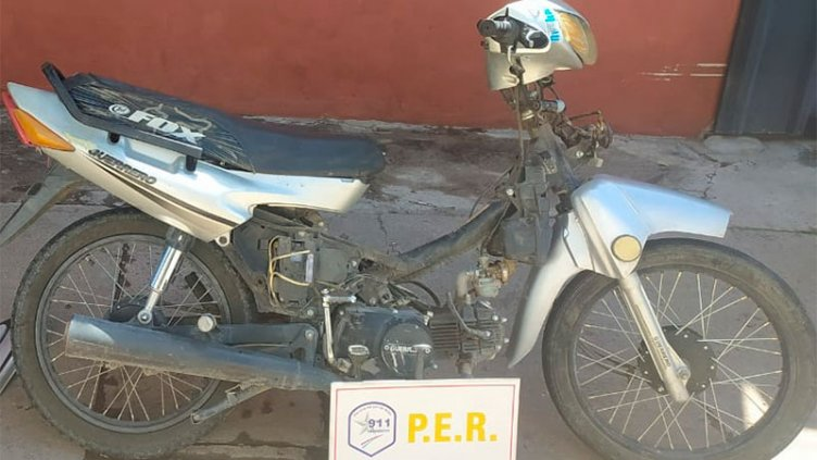 Regresaba de recuperar su moto robada y lo multaron porque no tenía casco