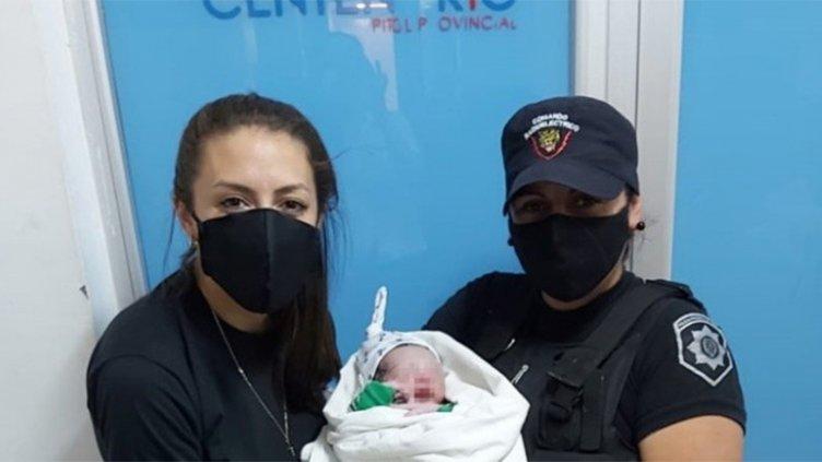 Policías ayudaron a dar a luz a una mujer que no llegaba al hospital