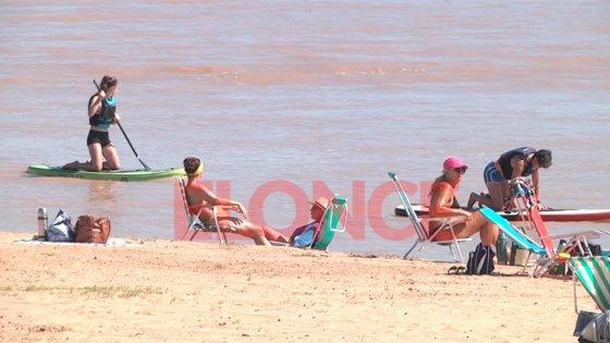 Paranaenses y turistas disfrutan de la playa, en un sábado de intenso calor