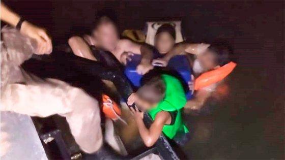 "Seis horas en el agua tras naufragio: ""Cantábamos para calmar a los chicos"""