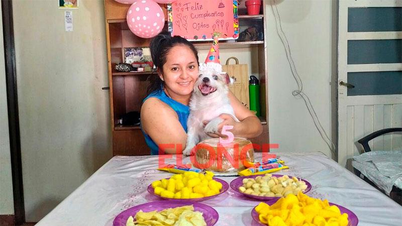「オジトス」:救助された犬が家で5歳になり、養子縁組の家族と一緒に祝いました