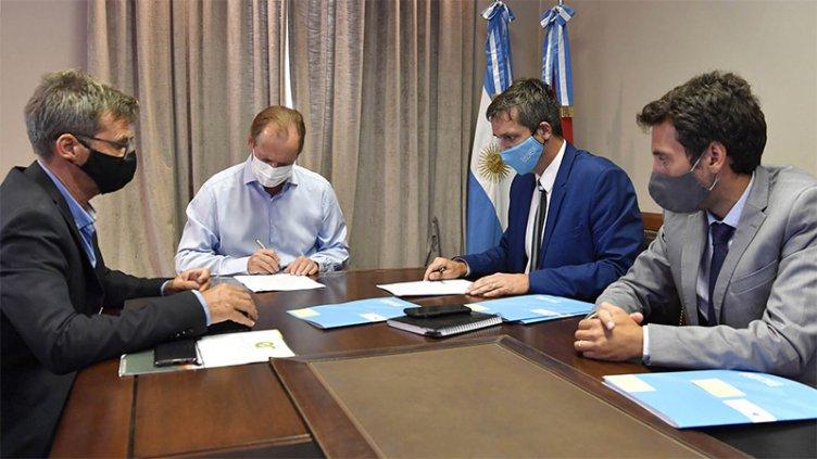 Bordet firmó convenios para realizar más obras de agua potable y cloacas