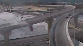 Video: perdió el control del auto, cayó desde 21 metros y sobrevivió de milagro