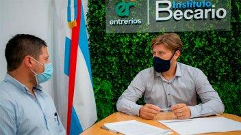 Sigue la firma de contratos entre el Becario y transportistas escolares rurales