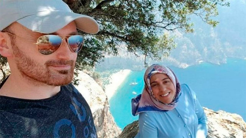 Hakan Haysal y la última foto junto a su esposa Semra.