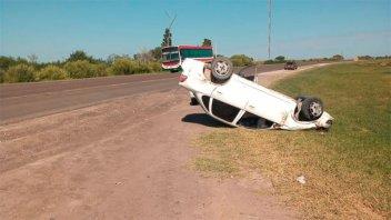 Joven conductor volcó su auto en la Ruta 18 y debió ser hospitalizado