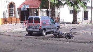 Hospitalizaron a un motociclista tras choque en una esquina de Paraná