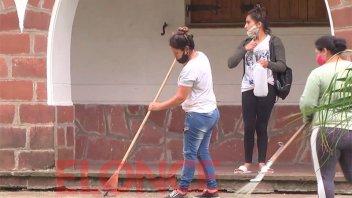 Beneficiarios de programas sociales realizan tareas de limpieza en escuelas