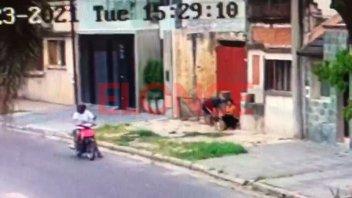 Video: En 11 segundos, delincuentes en moto asaltaron a una mujer