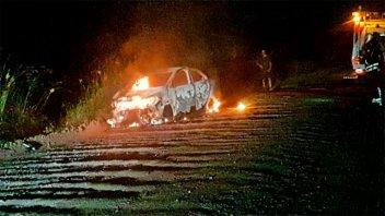 Un automóvil se  prendió fuego por completo en la Autovía Artigas