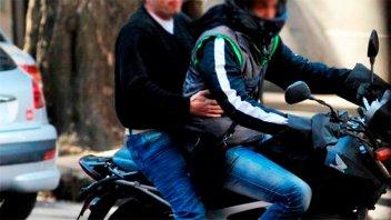 Localidad bonaerense prohíbe circular en moto con acompañante sin permiso