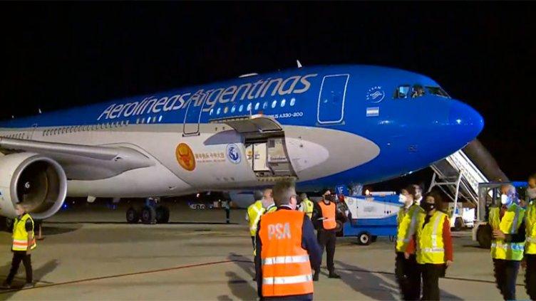 Llegó el avión de Aerolíneas Argentinas que trae 904 mil vacunas desde China