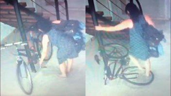 Video: mujer quedó filmada rompiendo la bicicleta de un vecino