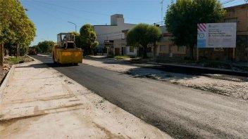 Colocan la primera capa de asfalto en avenida Rondeau