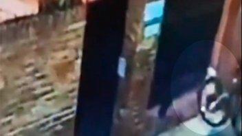 Video: El portón automático los salvó de ser víctimas de una entradera