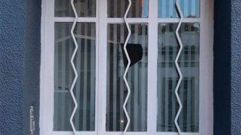 Jóvenes en estado de ebriedad rompieron un vidrio y huyeron: hay dos detenidas
