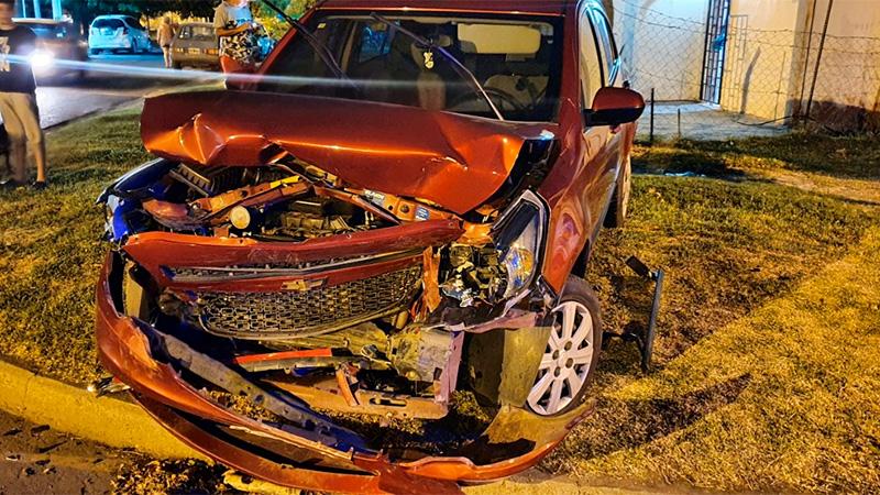 Robó un auto y lo destrozó al chocarlo contra otro: habría estado alcoholizado