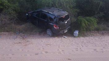 Volcó un vehículo con cinco personas: conductora fue rescatada por bomberos