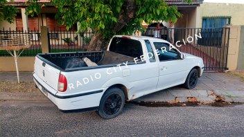 Sujeto robó una camioneta, chocó contra un árbol y abandonó el vehículo