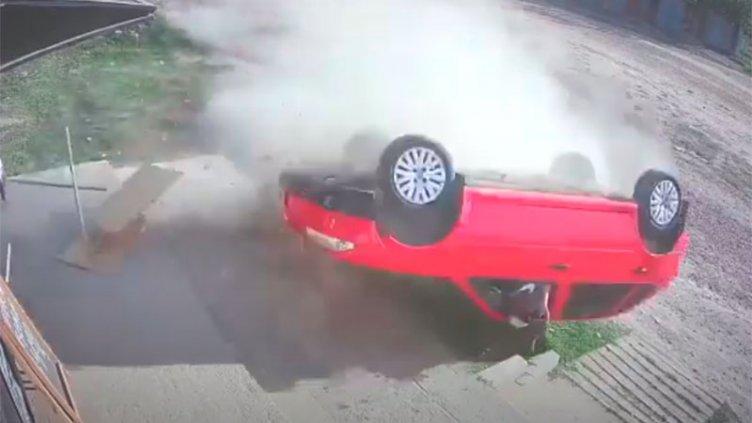 Video: Automovilista despistó, dio varios giros y volcó